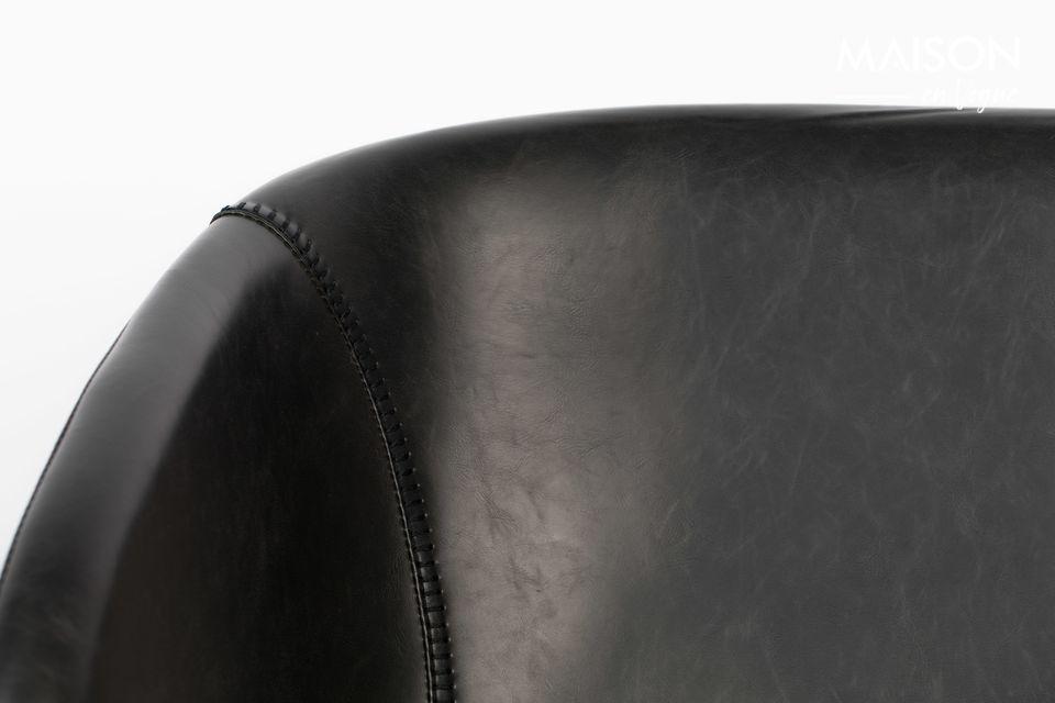 Ce fauteuil confortable est soutenu par un cadre en acier qui court de chaque côté de la pièce