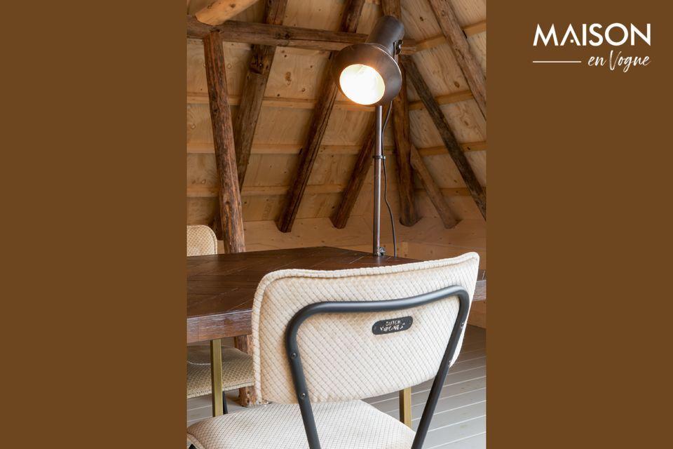 La chaise Melonie couleur sable est un hommage aux sièges de cuisine en formica qui furent très