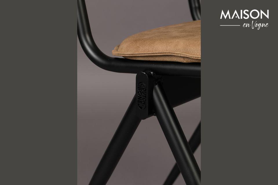 Un look sobre et intemporel qui offre une bonne assise, parfait autour d\'une table