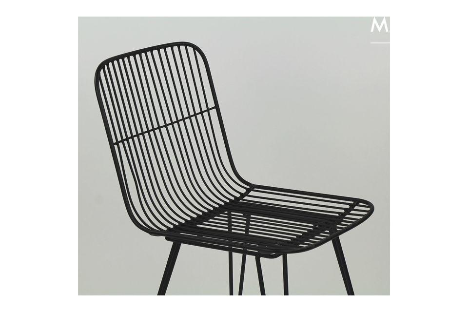 Une chaise en métal laqué couleur noir pour une intégration facile dans son nouvel univers.