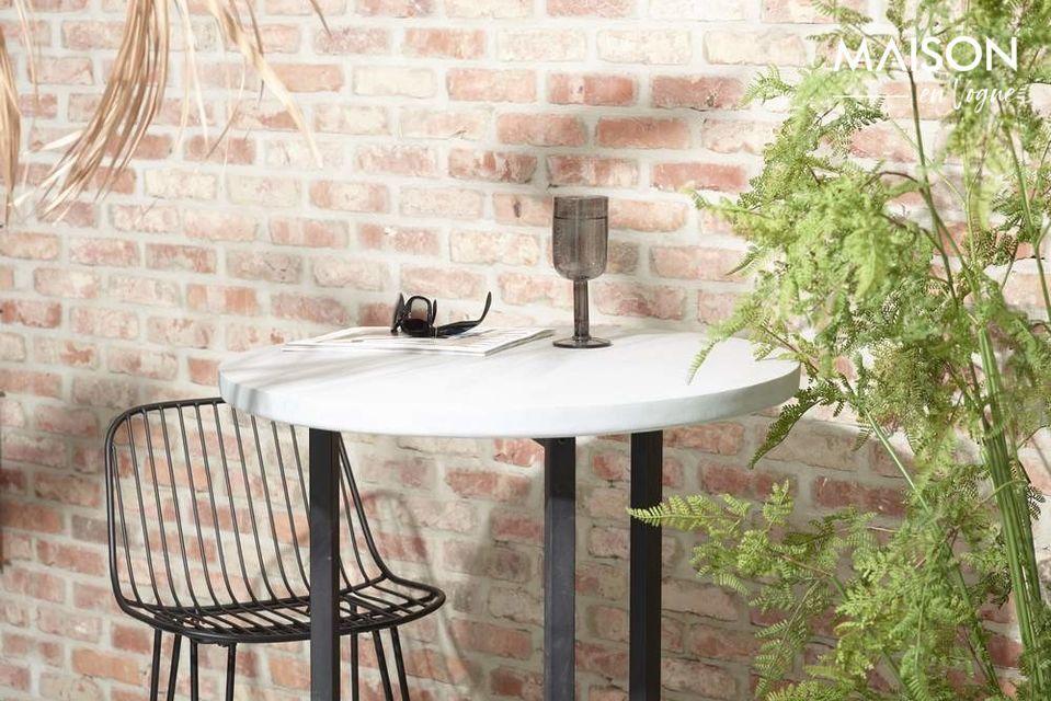Côté intemporel pour cette chaise, au design sobre, idéale pour la maison ou pour l\'extérieur