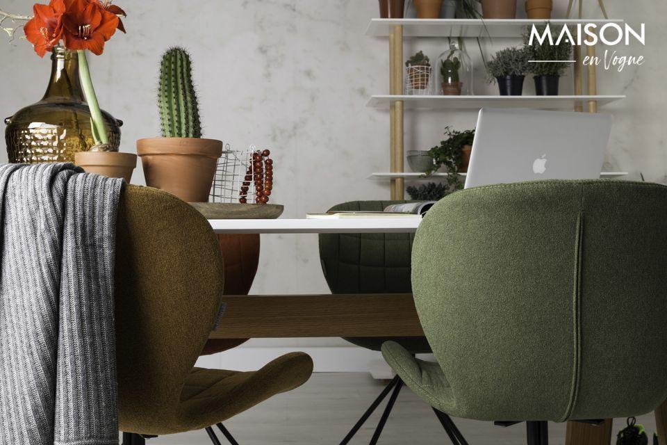 La chaise OMG offre un grand confort grâce à son assise capitonnée et son design ergonomique
