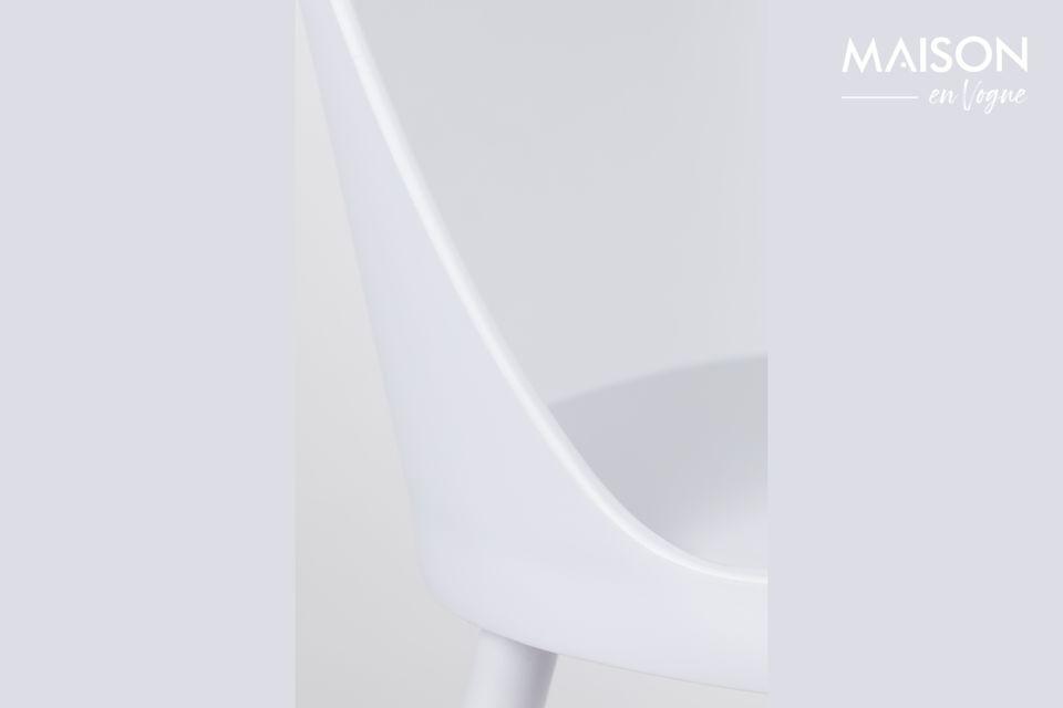 Cette chaise Pip All White de Zuiver trouvera facilement sa place dans votre intérieur grâce à