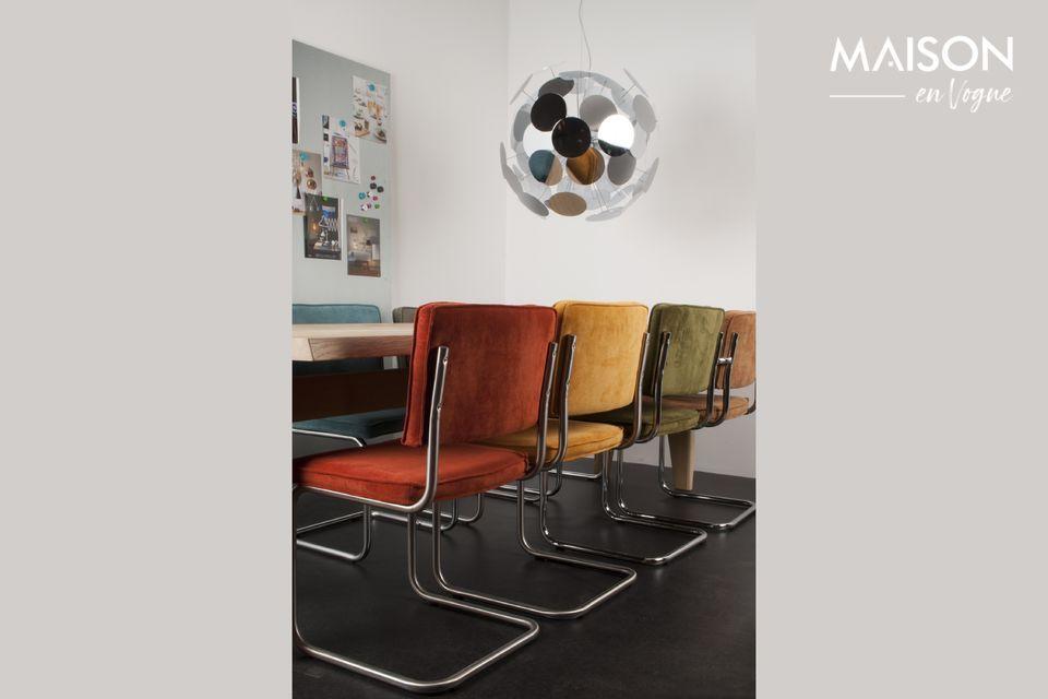 Une chaise contemporaine mêlant tissu côtelé et structure chromée