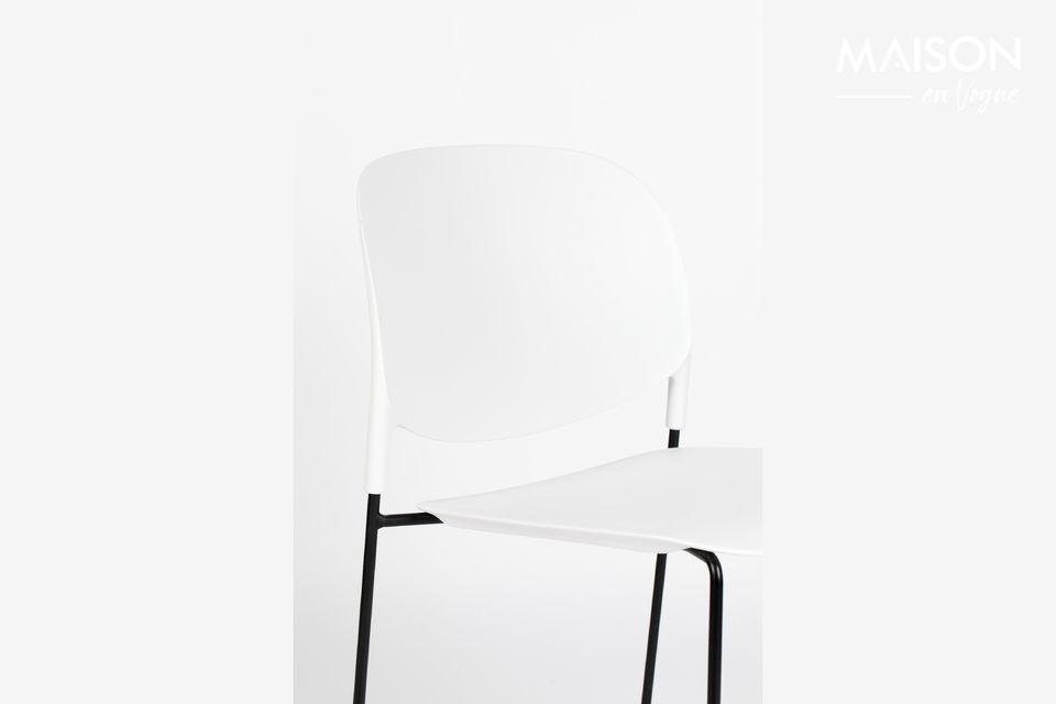 Une chaise au design tendance avec un siège renforcé en fibre de verre