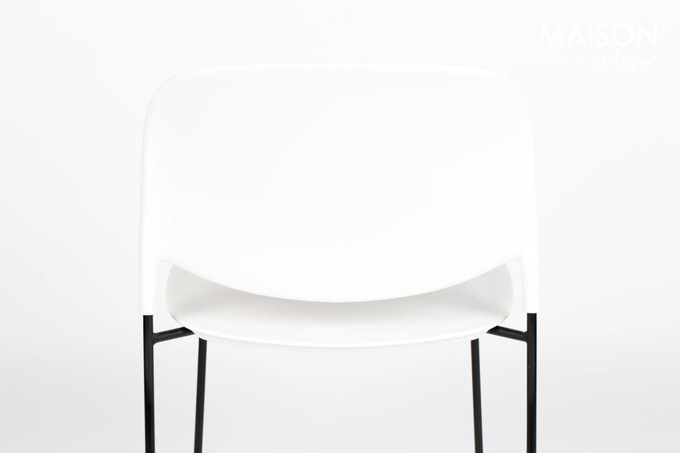 Le design de la chaise Stacks dévoile des pieds fins en acier poudré