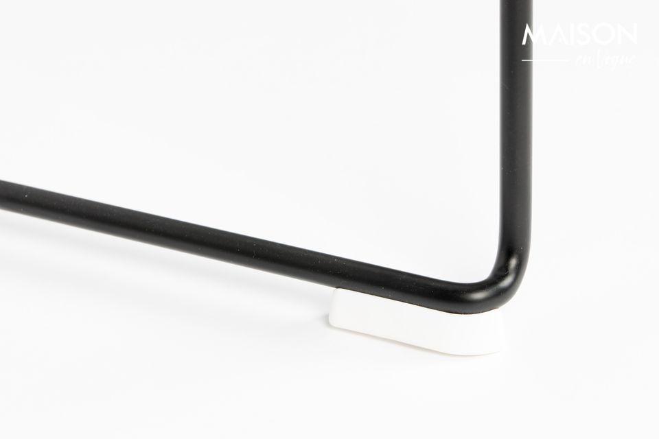 Cette chaise Stacks présente une structure robuste avec un siège renforcé en fibre de verres