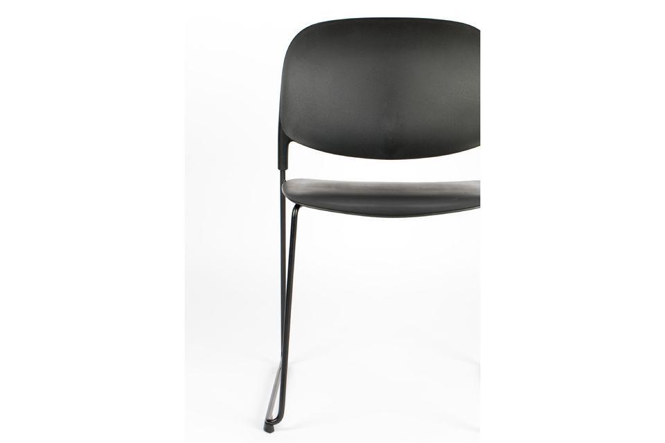 Une chaise élégante avec des pieds fins en acier poudré