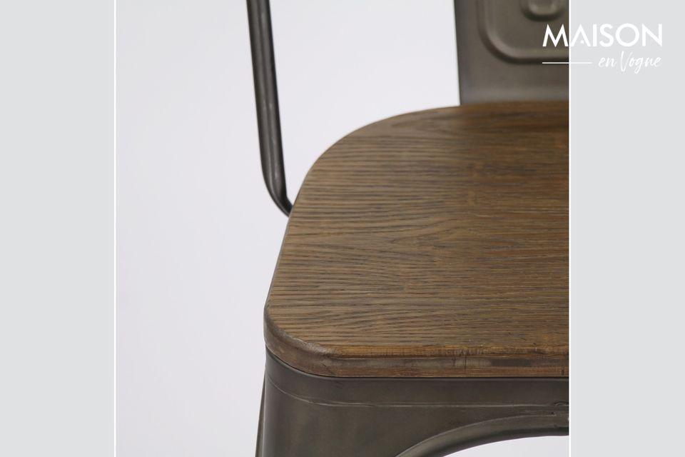 Une chaise mariant métal et matière végétale