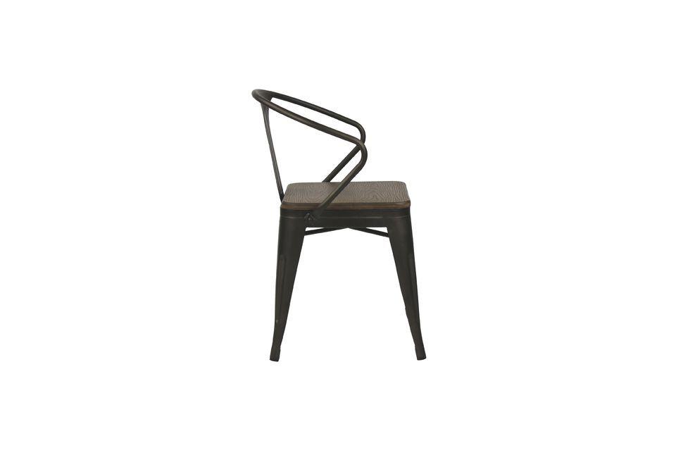 Avec sa structure métallique noire et son assise en bambou