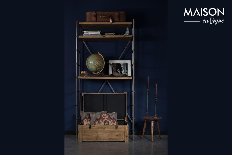 Le coffre lui-même est en bois de sapin naturel, avec un dessin de croisillons sur le dessus