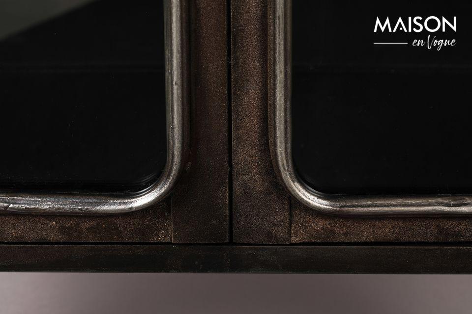 Le traitement apporté au métal confère à ce buffet une teinte brune qui rappelle celle de