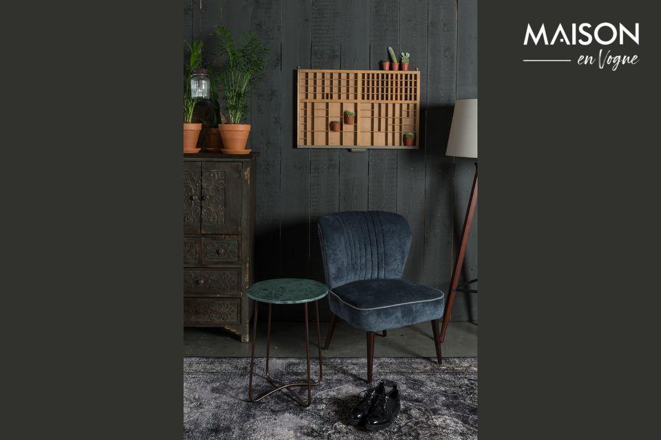 Avec ses portes et ses tiroirs ornés de bois sculpté, ce meuble séduit par son authenticité