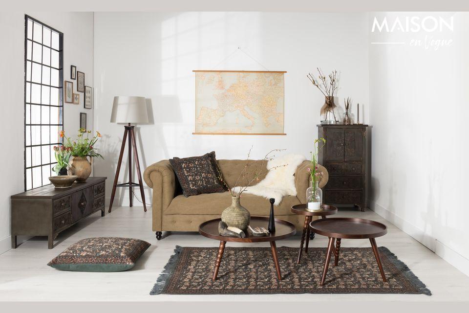 Entourée de mobilier moderne, elle apporte le charme d\'une pièce ancienne chargée d\'histoire