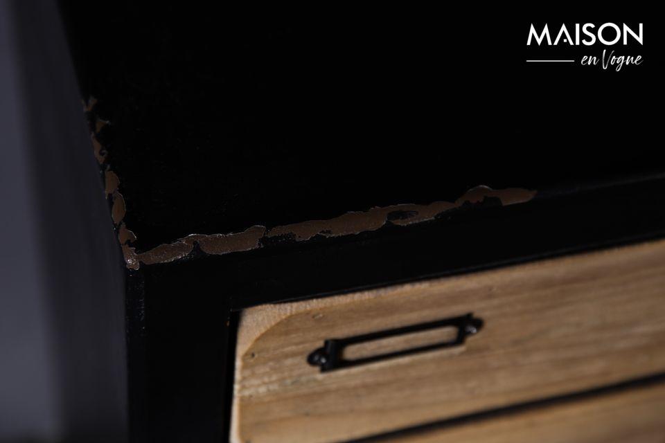 Il est vernis en noir sauf la façade des tiroirs laissée naturelle avec porte-étiquette et