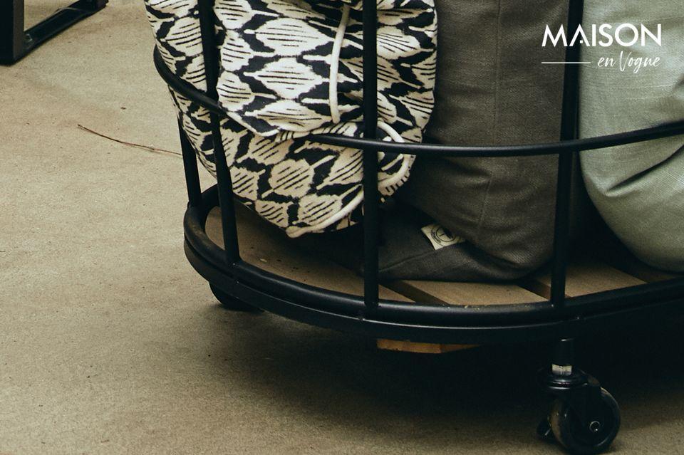 En fil d\'acier noir, elle a un beau look industriel contrastant avec un fond en bois chaleureux