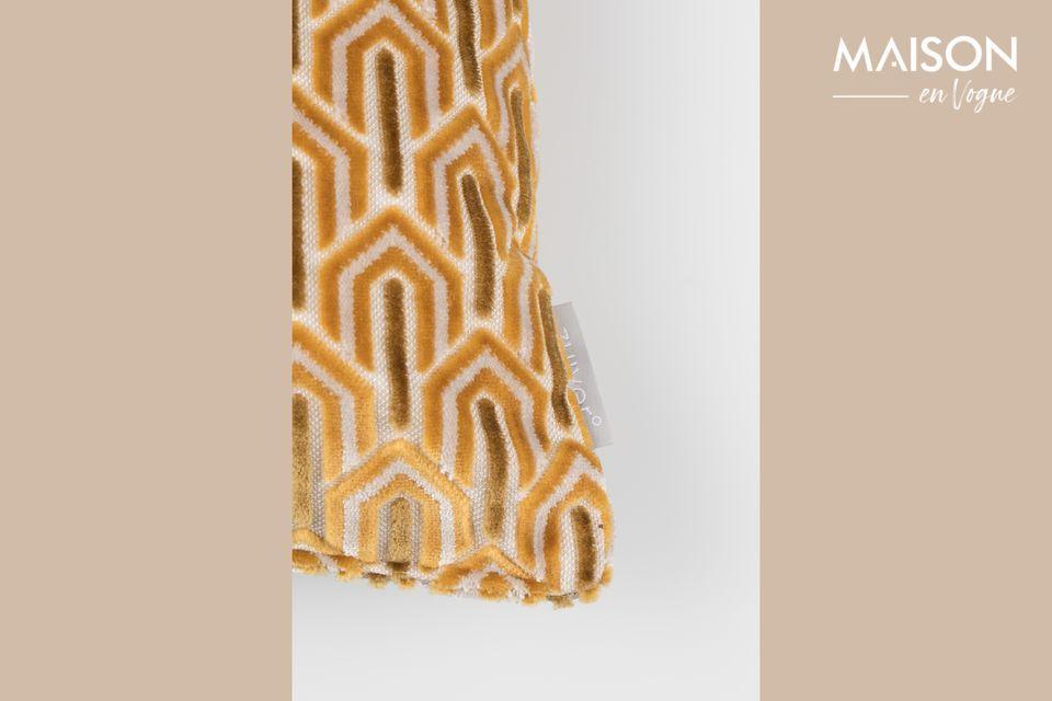 Son tissu riche et doux revêt des motifs géométriques abstraits répétés sur l\'intégralité