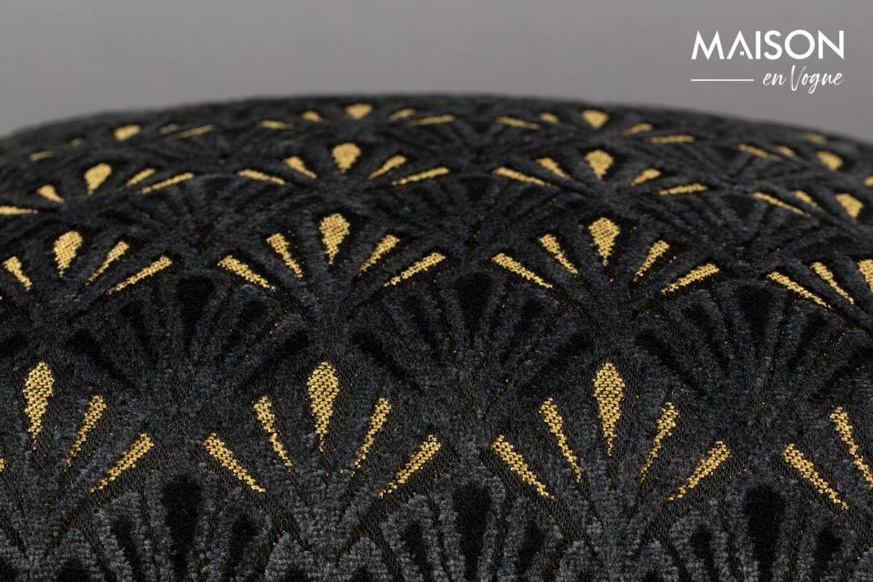 Son motif géométrique art déco alterne les teintes noires et dorées dans un look très raffiné