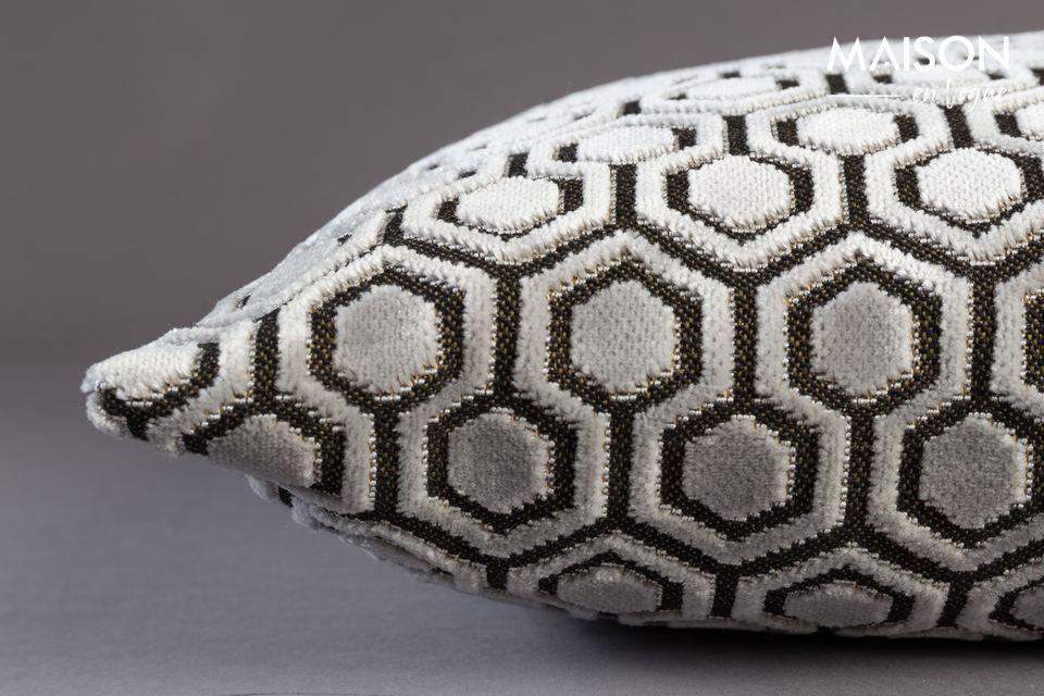 Son tissu velours propose une forme géométrique répétée parfaitement contemporaine dans un