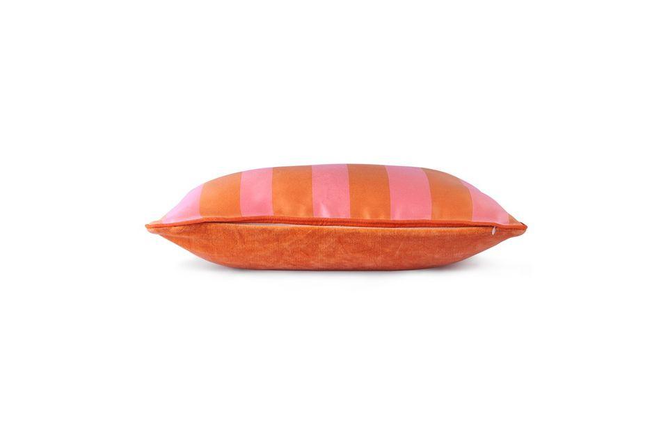 Le coussin en satin / velours orange/rose Hermies joue sur les contrastes avec un verso en satin de