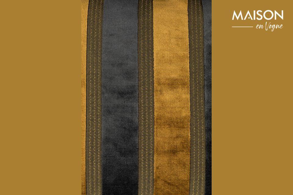 Le coussin Scott affiche de larges rayures verticales, alternant le jaune doré et le gris foncé