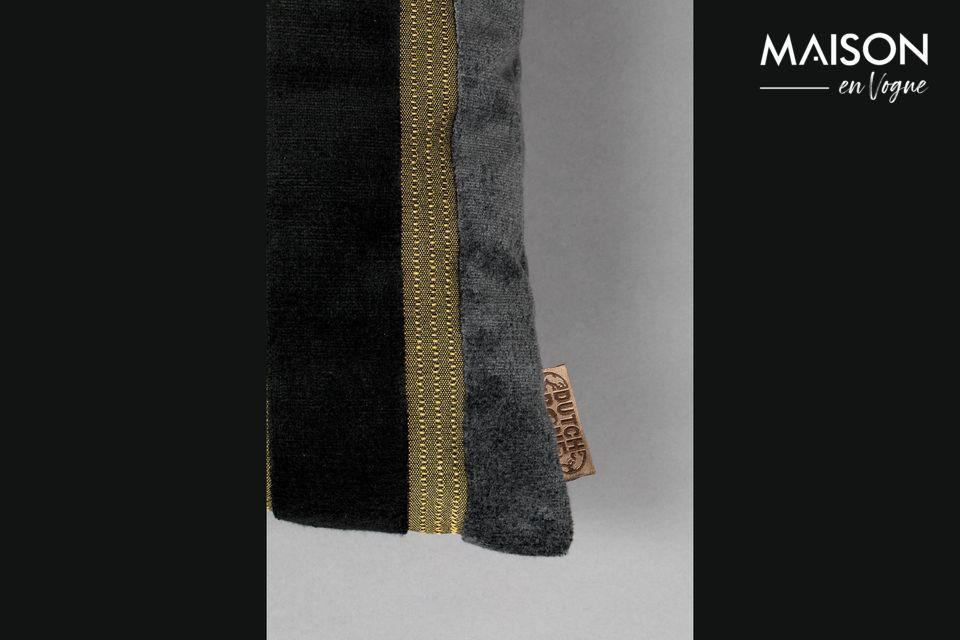 Son tissu de velours épais est décoré de rayures aux couleurs noires