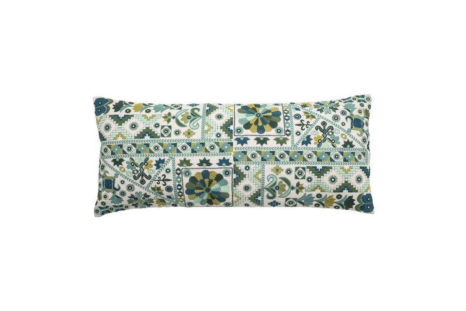 Ce coussin aux motifs riches et variés se remarquera, une fois qu\'il sera placé sur votre divan