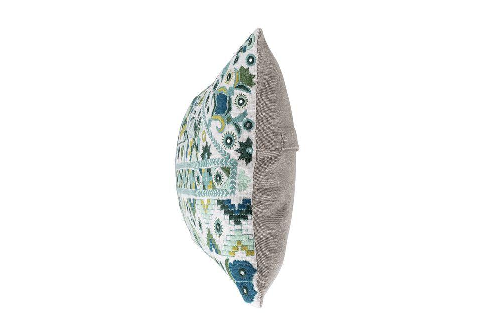 Le coussin Servoz enchante notre univers de motifs brodés de feuilles et de fleurs