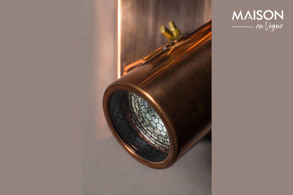 Ce plafonnier combine un support rectangulaire en laiton avec deux spots en acier cuivré