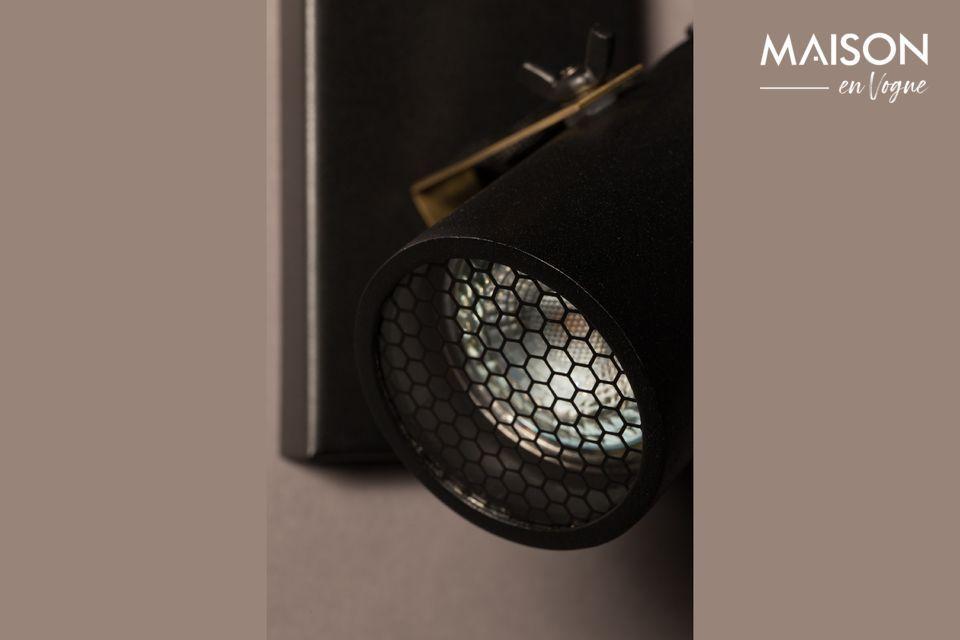 Chaque diffuseur est fermé par une plaque de verre et un grillage à motifs octogonaux