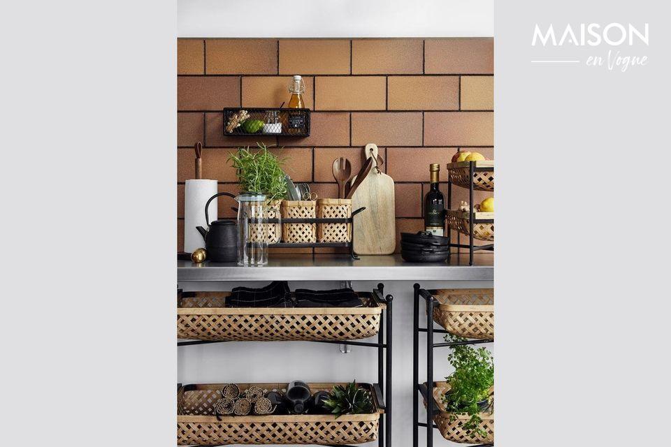 Offrant un design simple et original, l\'étagère SPICE en métal laqué noir est une pièce unique