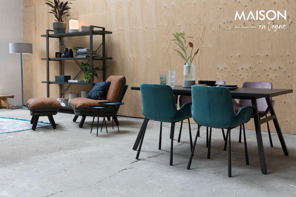 Le fauteuil Brit pétrole est une création pleine de charme avec ses pieds en acier noir évasés
