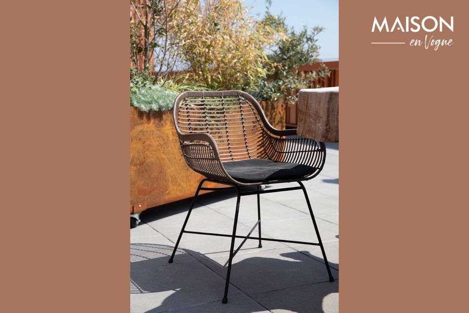 Ce fauteuil reprend la mode tendance rétro avec sa coque en rotin synthétique tressé