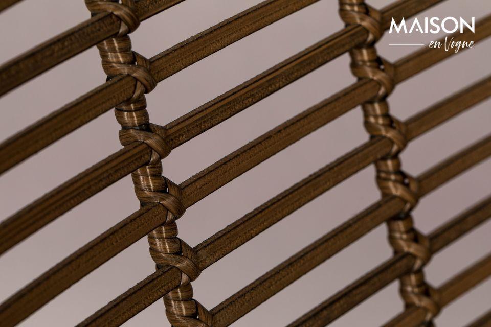 La structure est en fer laqué en noir tout comme les pieds qui sont reliés entre eux par un x
