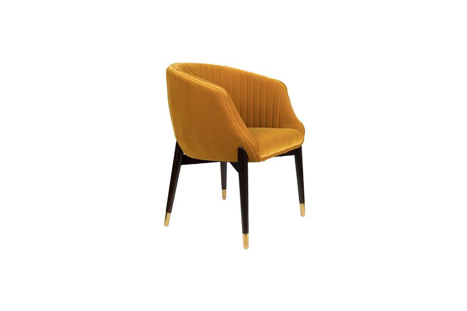 Le détail des embouts en laiton doré et les coutures design qui ponctuent le dossier captent le