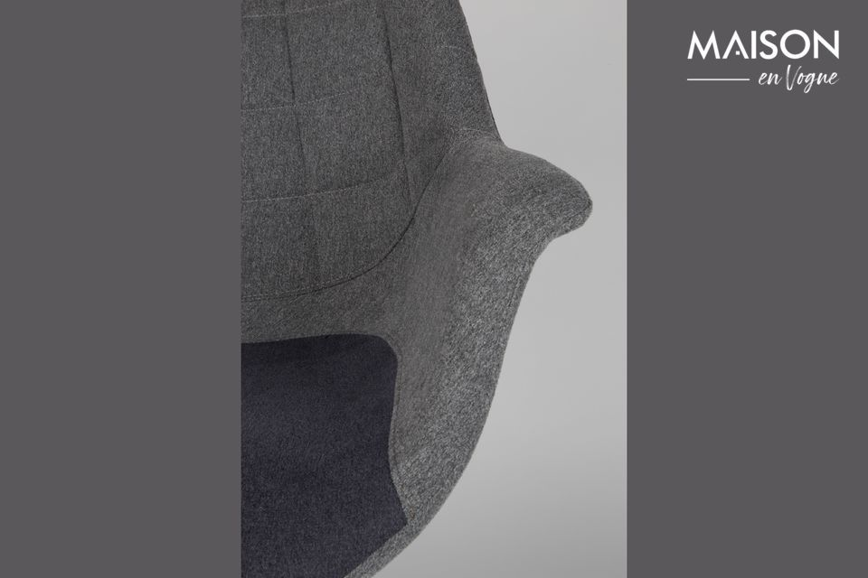 Son assise en tissu marie un gris clair classique avec un bleu tirant sur le violet pour donner une