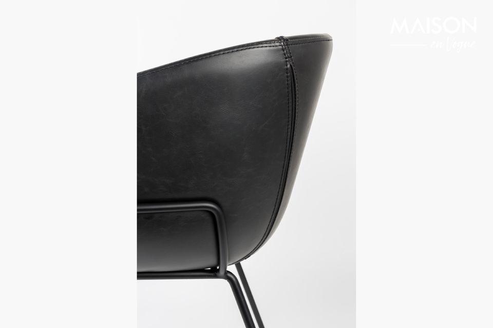 Son cadre en acier noir court sur les côtés du siège pour maintenir une assise en cuir nervuré