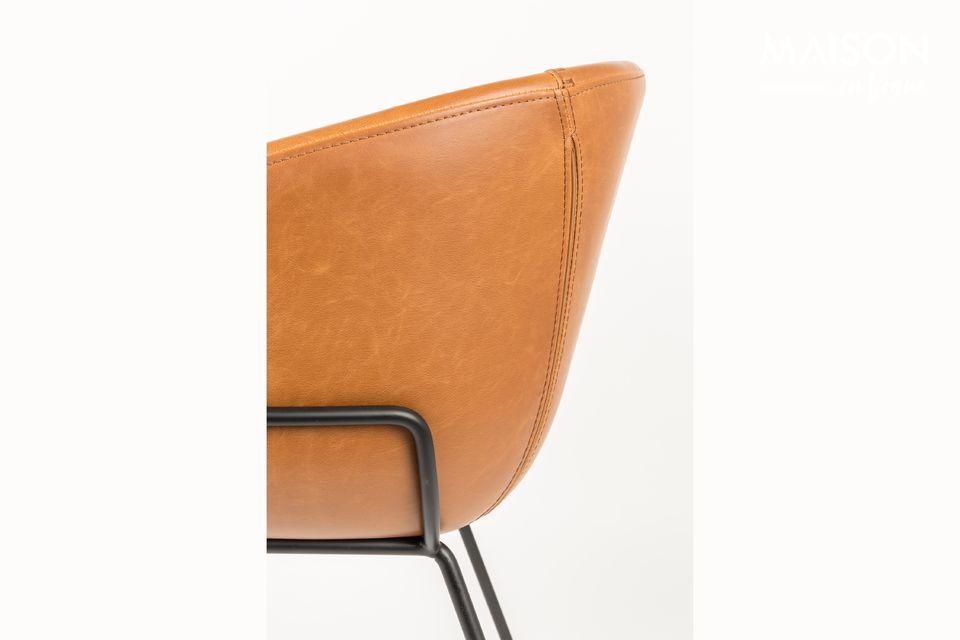 Ce fauteuil en cuir PU brun de chez Zuiver en effet beaucoup plus polyvalent