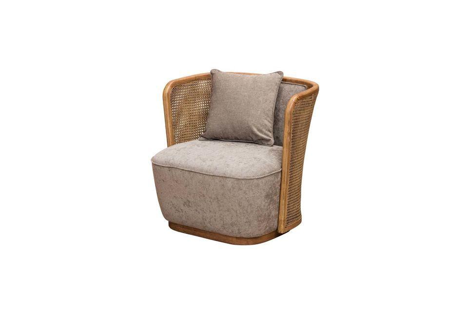 Ce fauteuil réussit l\'alliance originale du rotin tressé et du polyester