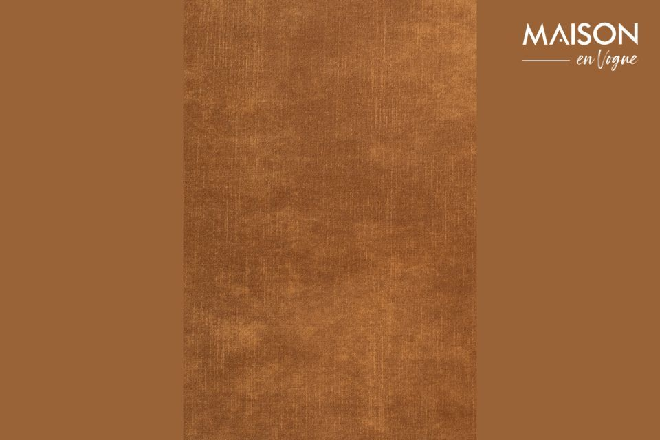 Ce large fauteuil est en polyester imitation cuir couleur brun caramel pour plus d\'authenticité