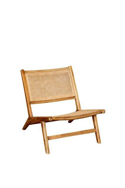 Un fauteuil tout en cannage au style compagne