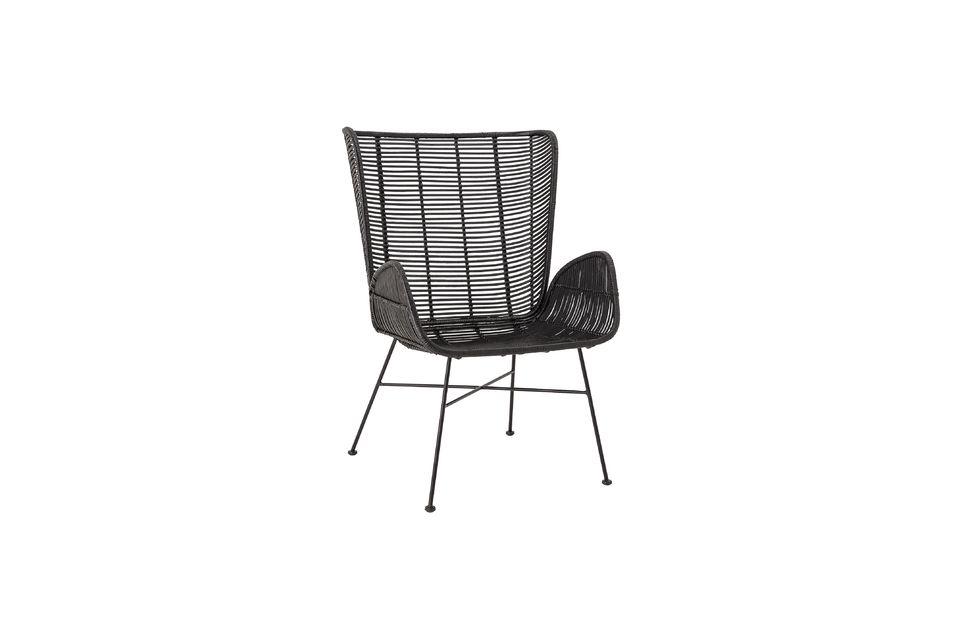 Un fauteuil en rotin élégant avec un large dossier