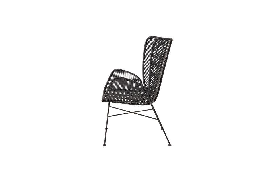 Bloomingville présente un fauteuil noir en rotin solidement fixé sur un piètement en fer