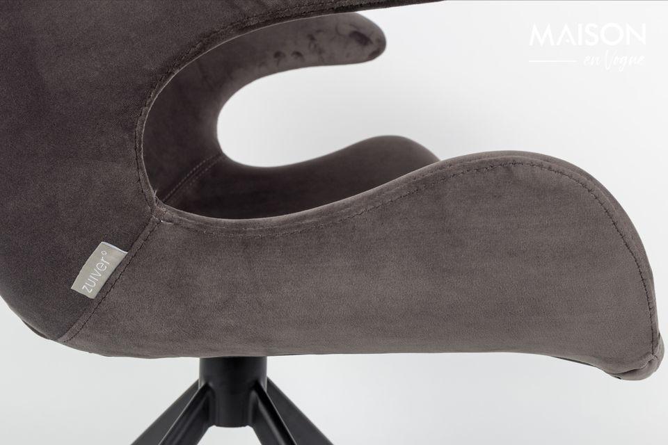 Son cadre en acier noir est prolongé par un dossier à l\'architecture contemporaine disponible en