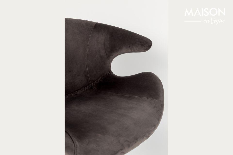 Ce design très moderne propose également des pieds inclinés s\'achevant sur des embouts droits