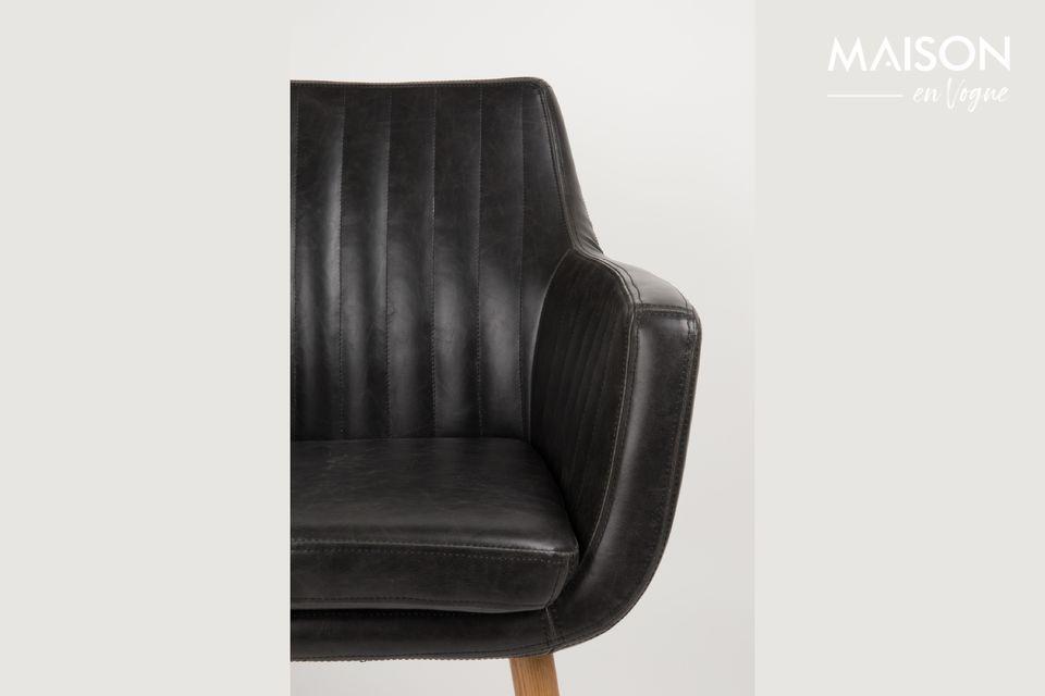 Grâce à des pieds en chêne massif, ce fauteuil est très robuste