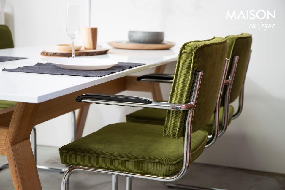 Ce fauteuil est doté d\'une structure chromée au classique look fifties
