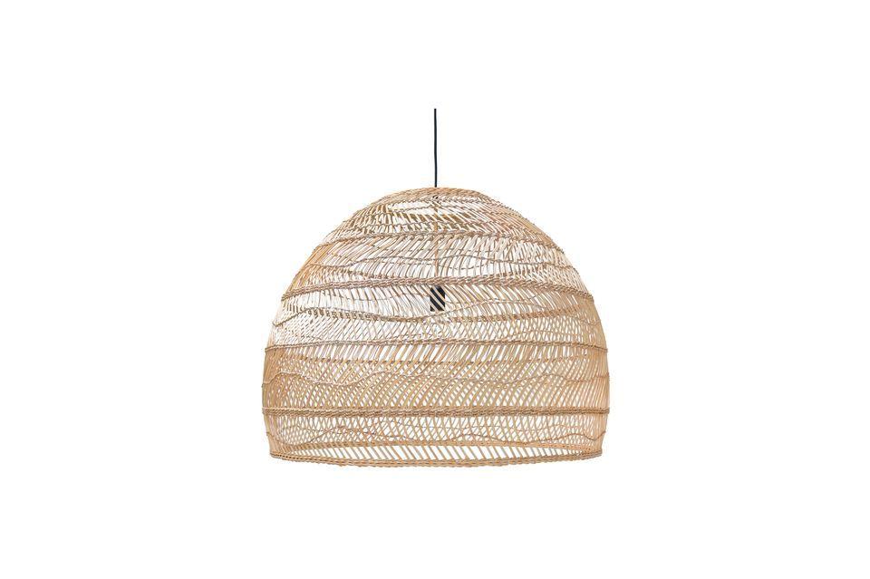 Ce luminaire est en osier naturel tressé de couleur claire