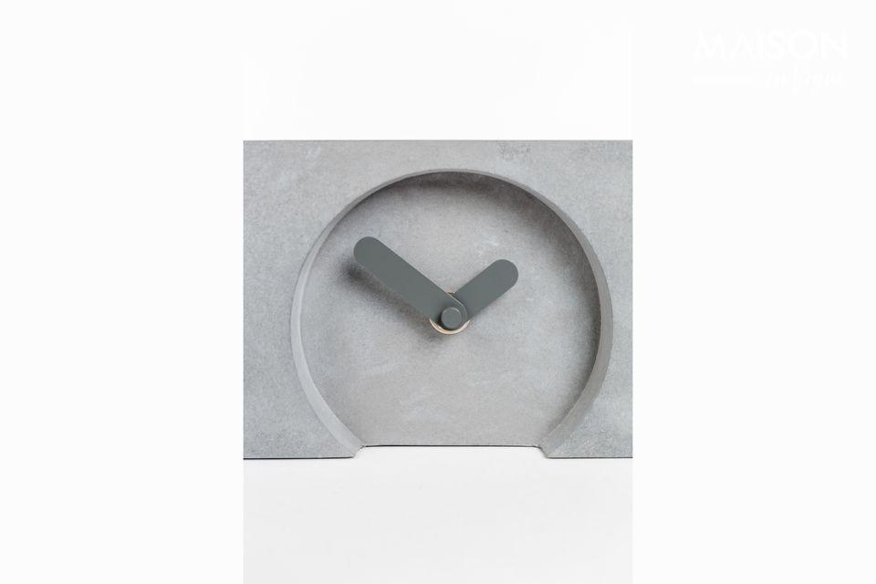 Les trois petites horloges sont décorées d\'aiguilles grises épaisses fabriquées en aluminium