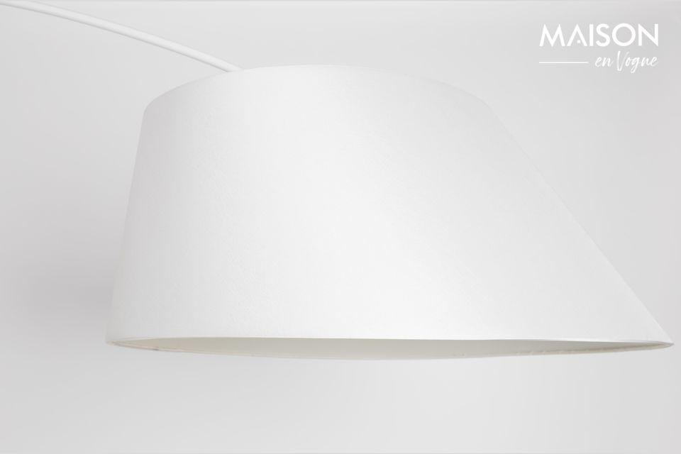 Cet élégant luminaire pourra par exemple éclairer une table basse en évitant les câbles longs